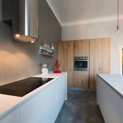 Cocinas de estilo  por ghostarchitects, Industrial Madera Acabado en madera