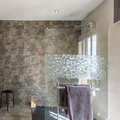 Baños de estilo mediterráneo por Home & Haus | Home Staging & Fotografía