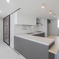동탄인테리어 시범다은마을 우남퍼스트빌 아파트 리모델링 by.n디자인인테리어: N디자인 인테리어의  주방,모던