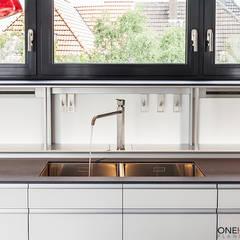 ÜBER DEN DÄCHERN:  Küchenzeile von ONE!CONTACT - Planungsbüro GmbH