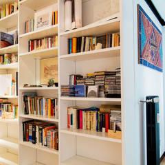 Libreria: Soggiorno in stile  di VITAE DESIGN STUDIO