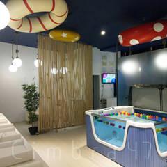 Diseño e interiorismo para SPLASH baby spa.: Espacios comerciales de estilo  de Cimbra47