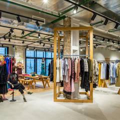 Oficinas y Tiendas de estilo  por VIART