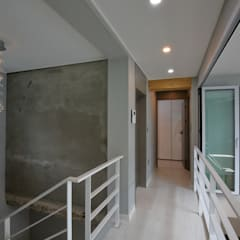 interior by INARK 대구 송현동 주택 리모델링 대구 전원주택 인아크 건축 설계 인테리어 디자인: inark [인아크 건축 설계 디자인]의  복도 & 현관