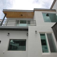 interior by INARK 대구 송현동 주택 리모델링 대구 전원주택 인아크 건축 설계 인테리어 디자인: inark [인아크 건축 설계 디자인]의  주택