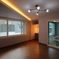 interior by INARK 대구 송현동 주택 리모델링 대구 전원주택 인아크 건축 설계 인테리어 디자인: inark [인아크 건축 설계 디자인]의  방