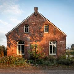 Woonboerderij Weert:  Buitenhuis door De Nieuwe Context