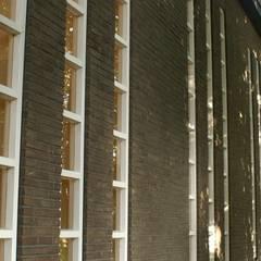 Verbouw gymzaal tot woning:  Buitenhuis door AP-Interieurarchitect