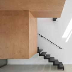 MONTR-OEUIL: Escalier de style  par Florence Gaudin architecte