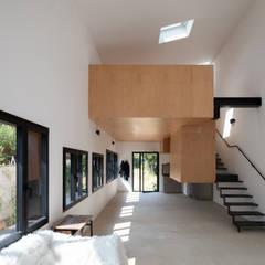 MONTR-OEUIL: Couloir et hall d'entrée de style  par Florence Gaudin architecte