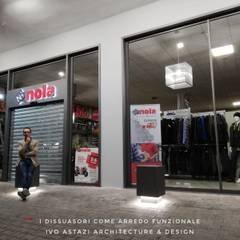 l'esterno.. con i volumi luminosi e l'ampia vetrina: Negozi & Locali commerciali in stile  di Ivo Astazi - Architecture & Design