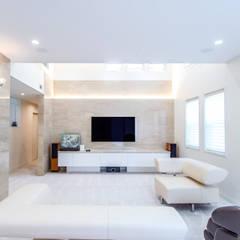 リビングルーム: アイムクリエイツデザインオフィスが手掛けた壁です。
