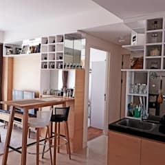 Minimalist Scandinavian Apartment :  Ruang Keluarga by DIArchitects