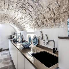 PALAZZINA OTTOCENTESCA (OSTUNI - BR): Cucina in stile in stile Mediterraneo di Studio Guerra Sas