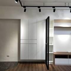 Pasillos y hall de entrada de estilo  por 喬克諾空間設計