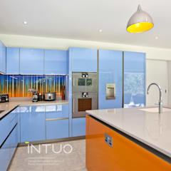 Funky glass kitchen:  Kitchen by Intuo