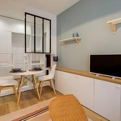 Coin repas avec Mur bleu scandinave et moderne par Lisa Bronsztejn: Salle à manger de style  par Lisa Bronsztejn, Architecture d'intérieur