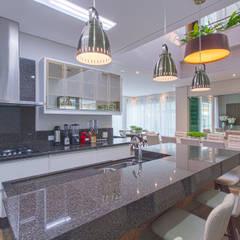 Residência: Cozinhas embutidas  por Samantha Sato Designer de Interiores
