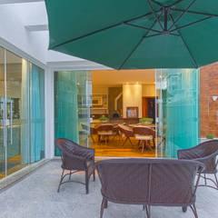 بيت زجاجي تنفيذ Samantha Sato Designer de Interiores