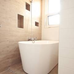 햇살 가득한 욕조: 위드하임의  욕실