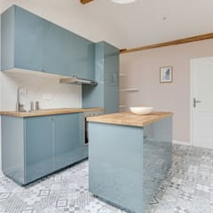 Cuisine bleue scandinave vintage carreaux de ciment Lisa Bronsztejn et Maurine Bellier: Cuisine de style  par Lisa Bronsztejn, Architecture d'intérieur