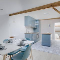 cuisine bleue laquée iceberg kallarp, dalle pvc carreau de ciment Lisa Bronsztejn et Maurine Bellier: Cuisine de style  par Lisa Bronsztejn, Architecture d'intérieur