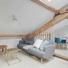 séjour mansardé table basse dorée style moderne Lisa Bronsztejn et Maurine Bellier: Salon de style  par Lisa Bronsztejn, Architecture d'intérieur