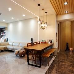 一家四口的舒適空間,揉合大氣與優雅的幸福居家。:  餐廳 by 青築制作