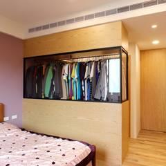 一家四口的舒適空間,揉合大氣與優雅的幸福居家。:  臥室 by 青築制作