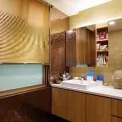 一家四口的舒適空間,揉合大氣與優雅的幸福居家。:  浴室 by 青築制作
