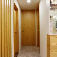 Puertas de estilo  por 青築制作, Ecléctico