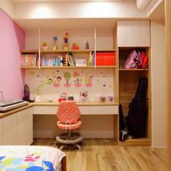 一家四口的舒適空間,揉合大氣與優雅的幸福居家。:  嬰兒房/兒童房 by 青築制作