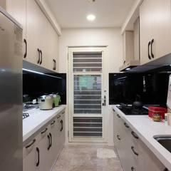 一家四口的舒適空間,揉合大氣與優雅的幸福居家。:  廚房 by 青築制作