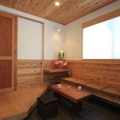 Pasillos y hall de entrada de estilo  por 田村建築設計工房