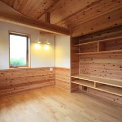 ミクと暮らす家: 田村建築設計工房が手掛けた寝室です。