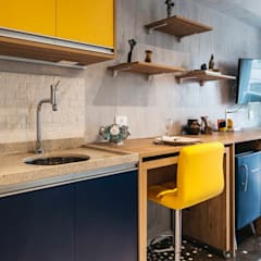 Studio República I: Cozinhas embutidas  por Tais Vivanco