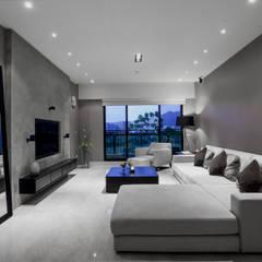 皇苑建設-人文首璽:  客廳 by 雅群空間設計