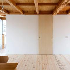 Paredes  por すずき/suzuki architects (一級建築士事務所すずき)