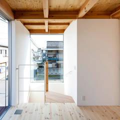 Scale in stile  di すずき/suzuki architects (一級建築士事務所すずき)