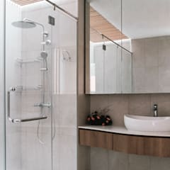 Terrace House at Greenridge Crescent: modern Bathroom by Quen Architects