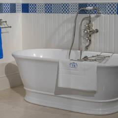 Freistehende Badewanne aus Mineralguss :  Badezimmer von Traditional Bathrooms GmbH