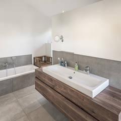 Individuell geplantes Traumhaus mit vielen Highlights innen wie außen :  Badezimmer von wir leben haus - Bauunternehmen in Bayern