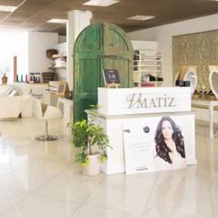 Oficinas y Tiendas de estilo  por camera24