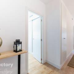 FACTORY HOME STAGING CALLE PEÑUELAS: Pasillos y vestíbulos de estilo  de FACTORY HOME STAGING