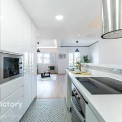 FACTORY HOME STAGING CALLE PEÑUELAS: Cocinas de estilo  de FACTORY HOME STAGING
