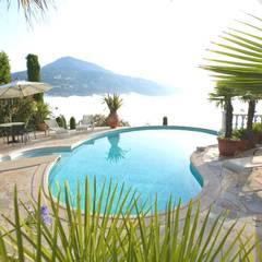 Piscinas de estilo mediterraneo por Marpic