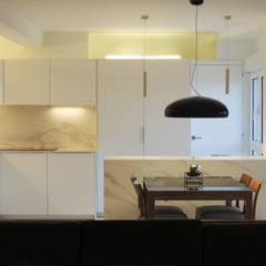 Reforma de piso para una familia de músicos: Cocinas de estilo  de MG arquitectos