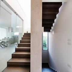 Villa Soleis: Scale in stile  di Studio Maurizio Moretti