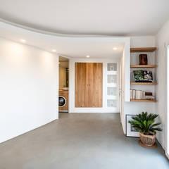 INGRESSO | ENTRANCE: Ingresso & Corridoio in stile  di DomECO