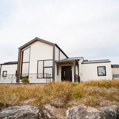 Casas de campo de estilo  por 8sky design